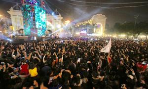 Khách Tây phấn khích đón Tết cùng người Việt