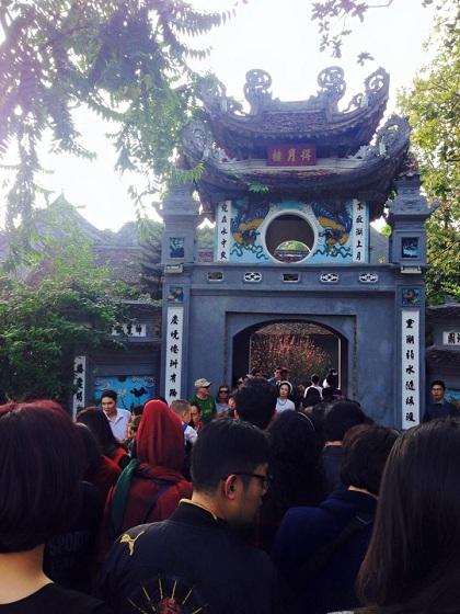 Đền Ngọc Sơn đông khách tới lễ dịp Tết. Ảnh: Hoa Hồng Nhung.