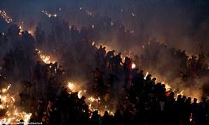 Đền Trung Quốc mù khói vì biển người châm hương khấn Thần tài