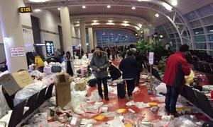 Khách Trung Quốc xả rác ngập sân bay Hàn Quốc