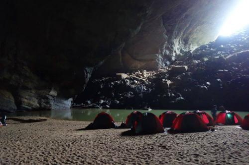 Khu cắm trại đầu tiên tại lối vào Hang Én.