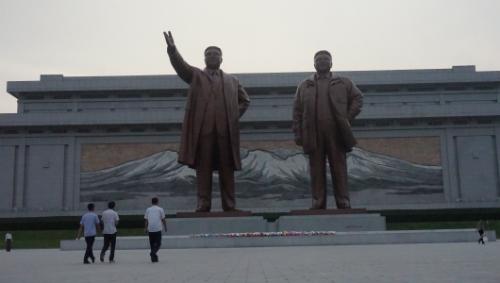 4. Người dân vào viếng đài tưởng niệm Lãnh tụ Kim Nhật Thành và Kim Chính Nhật.