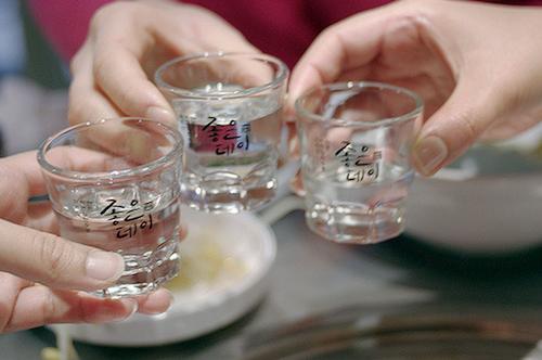 nguoi-han-quoc-uong-ruou-soju-the-nao