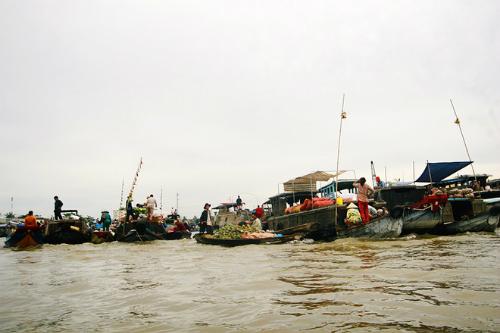 Buổi sáng, từ khách sạn Vinpearl, du khách có thể dễ dàng tìm đến chợ nổi Cái Răng, khu du lịch sinh thái Mỹ Khánh, khu du lịch miệt vườn Phong Điền hay tham gia tour du lịch thú vị trên sông Cần Thơ.