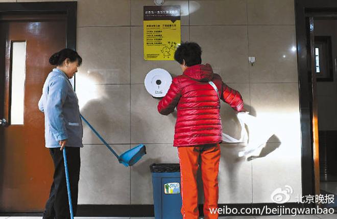 Trung Quốc đau đầu vì khách trộm giấy vệ sinh trong toilet công cộng