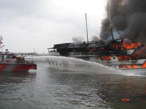 Tàu du lịch bị cháy hồi tháng 5/2016. Ảnh: Minh Cương.