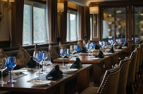 Thời gian và địa điểm ăn tối luôn cố định chính là sự khác biệt của dòng du thuyền mới này nhằm mang đến du khách nhiều trải nghiệm độc đáo.