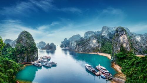 Một khung cảnh lộng lẫy và kỳ ảo hiện ra với những hòn đảo đá vôi dựng đứng, nhô lên giữa một vùng vịnh ngập nước
