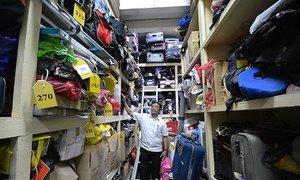 Bên trong căn phòng chứa tất cả đồ thất lạc tại sân bay