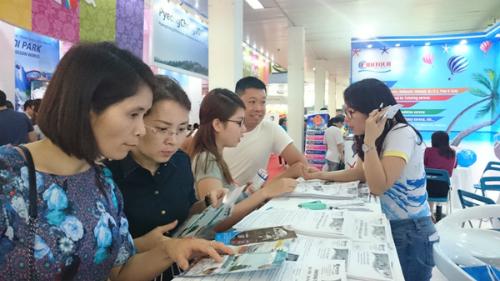 Nhiều du khách ghé thăm gian hàng Fiditour tại hội chợ.