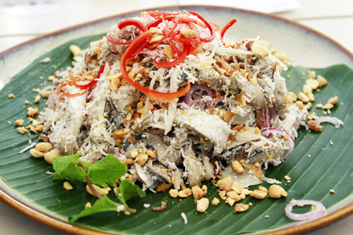 Đặc sản gỏi cá trích ở Sol Beach House Phú Quốc.