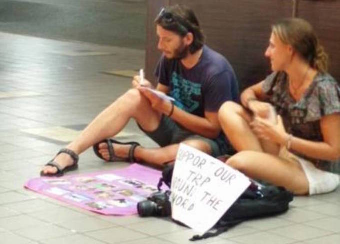 Khách Tây 'không biết xấu hổ' ăn xin trên đường phố châu Á