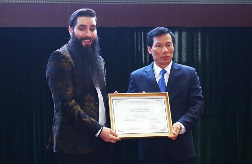 Bộ trưởng trao giấy chứng nhận Đại sứ Du lịch Việt Nam cho ông Jordan Vogt-Roberts. Ảnh: Giang Huy.