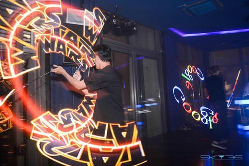những màn trình diễn ánh sáng nghệ thuật được thực hiện bởi những vũ công Visual Led poi & Laser Men.