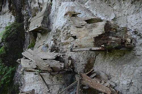 Xác người được treo lơ lửng trên vách đá ở Toraja. Ảnh: Phong Vinh