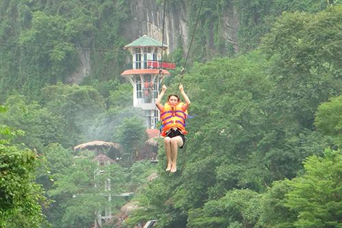 Giá dịch vụ zipline (bao gồm zipline đến cửa hang Tối và zipline tắm sông, thuyền kayak, các trò chơi dưới nước) là 270.000 đồng với người lớn, 100.000 đồng với trẻ em. Ảnh: Trung tâm du lịch Phong Nha