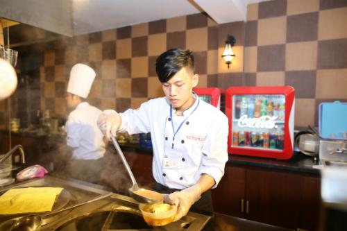 Những tô bún, hủ tiếu, bánh canh& hoặc nồi lẩu chua cay với những loại nước lèo bổ dưỡng và đậm hương vị miền Trung luôn là món yêu thích của nhiều thực khách từ khắp ba miền.