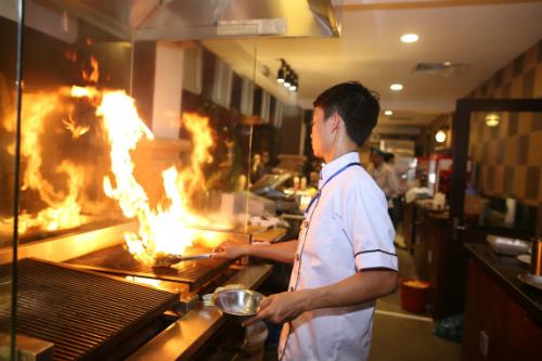 Không chỉ trình bày, chế biến món ăn đúng tiêu chuẩn, các đầu bếp tài ba trong Không gian ẩm thực Ngũ hành còn mang tới những màn biểu diễn với lửa, với dao đầy cuốn hút.
