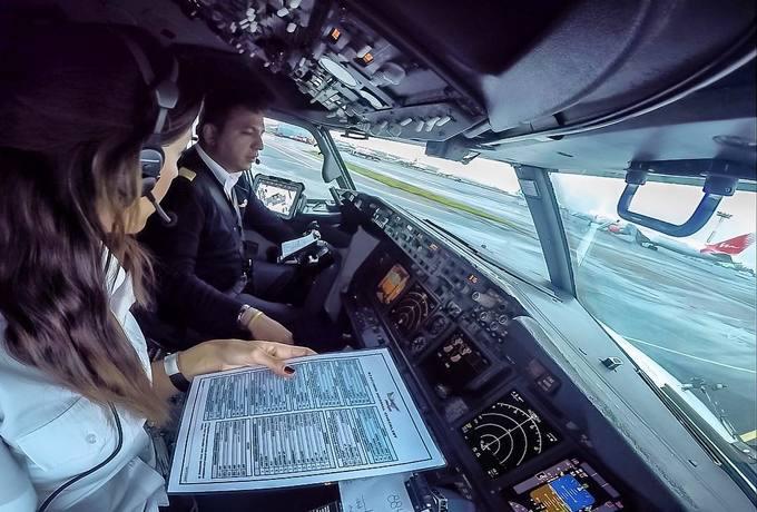 Loạt ảnh check-in của vợ chồng phi công khiến cộng đồng ghen tỵ