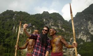 Đạo diễn phim Kong bất ngờ với 'làng thổ dân' ở Ninh Bình