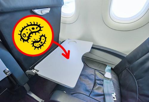 Bàn ăn và túi ghế phía trước là những chỗ bẩn nhất trên máy bay  Một số loại rác tích tụ lại trong suốt chuyến bay thường được bỏ trong túi ghế phía trước chỗ bạn ngồi. Và tệ hơn là những chiếc túi này không được làm vệ sinh sạch sẽ như bạn thường nghĩ. Tuy nhiên, điều tệ hơn nữa là về chiếc bàn gập: các thành viên phi hành đoàn thừa nhận rằng có nhiều hành khách dùng nó để làm chỗ thay tã cho trẻ sơ sinh. Vì thế, bạn hãy luôn đem theo khăn ướt để lau chùi, luôn giữ đồ cá nhân trong túi của mình và đừng bao giờ đặt đồ ăn trực tiếp lên bàn.