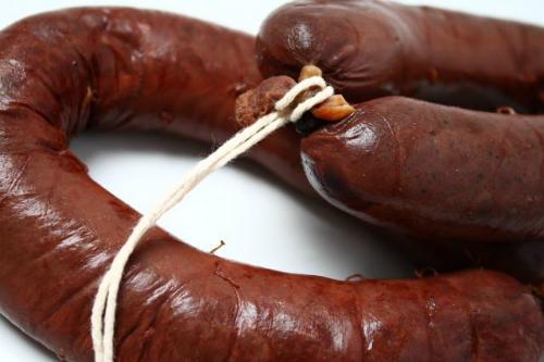 Xúc xích đỏ  Trong tiếng Pháp boudin noir nghĩa là xúc xích đỏ hay dồi làm từ tiết lợn trộn cùng dấm và tùy vùng miền mà thêm các nguyên liệu khác như bánh mì, hành, gạo... đến khi đông lại. Hỗn hợp này được nhồi vào khúc ruột bằng phễu. Món này được phục vụ theo nhiều các khác nhau, ví như xào với táo thái lát. Thực tế boudin noir không chỉ có ở Pháp mà cả các nước châu Âu khác là Anh, Đức, Bỉ, Tây Ban Nha... cũng tiêu thụ nhưng có tên gọi khác nhau.