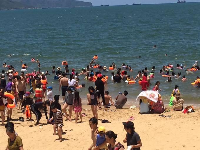 12h trưa hàng nghìn người tắm biển giải xui ở Quy Nhơn
