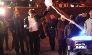 Chàng trai Nga vừa quấn kẹo bông vừa nhảy như Michael Jackson