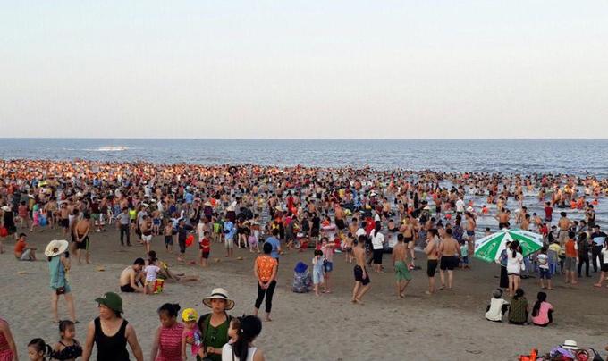 Các bãi biển chật như nêm vì khách tắm giải nhiệt