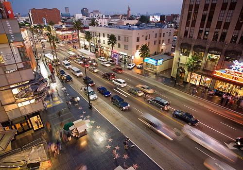 Đại lộ Hollywood  nơi bạn sẽ thấy hàng nghìn viên gạch gắn tên các ngôi sao điện ảnh, âm nhạc và truyền hình.