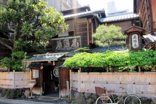Honke Owariya nổi tiếng với danh hiệu quán mì soba ngon nhất và cũng lâu đời nhất cố đô Kyoto. Quán nằm trong một tòa nhà gỗ cũ, yên tĩnh ở phía nam của lâu đài Hoàng gia. Đây là quán ăn phục vụ cho gia đình hoàng tộc và có lịch sử hơn 552 năm làm mì soba.  Ảnh: Wally Gobetz.