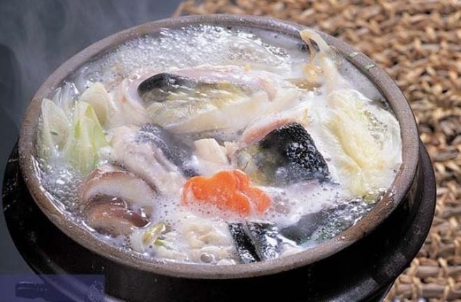 <p> <strong>Bokjili - súp cá nóc kịch độc</strong></p> <p> Có thể bạn từng nghe tới món fugu - cá nóc (loài cá chứa chất độc chết người) sống thái lát siêu mỏng của người Nhật. Bokjili là một món ăn dùng nguyên liệu tương tự nhưng đầu bếp không cần có chứng chỉ mới được chế biến và phục vụ món này cho khách.</p>
