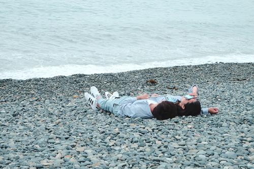 Cặp tình nhân hẹn hò tại bờ biểnHakdong Mongdol.