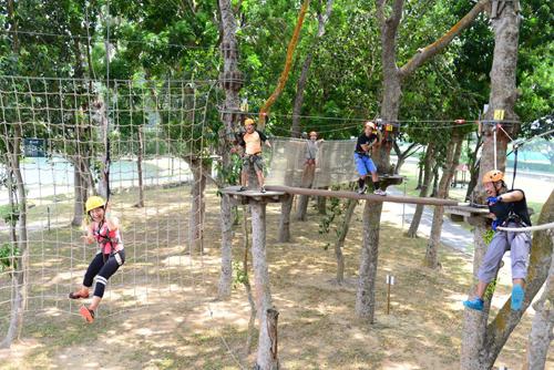 Mùa hè là cơ hội tuyệt vời để cả nhà cùng nhau tham gia các hoạt động ngoài trời tại Forest Adventure. Với các bé thích cảm giác mạnh và yêu vận động thể chất, Forest Adventure chắc chắn sẽ là lựa chọn tuyệt vời. Tại đây có những chương trình được thiết kế riêng với đầy đủ các dụng cụ bảo hộ và an toàn cho trẻ tùy theo độ tuổi. Và hơn hết là cha mẹ hoàn toàn có thể tham gia cùng bé trong những hoạt động này.  Giữa tán rừng xanh, con đường chênh vênh nối giữa những ngọn cây bằng cầu treo, lưới, dây đu, xà& cả nhà hãy thử sức biến thành gia đình Tarzan vượt qua các chướng ngại vật trên cao như: cầu treo, nhào lộn, đu dây, lưới treo, bước qua các khúc gỗ& Không chỉ được hít thở không khí trong lành, vận động toàn thân, bé còn có dịp để thử thách lòng dũng cảm, sự kiên trì và độ bền bỉ, dẻo dai của mình. Chắc chắn những hoạt động này sẽ mang đến trải nghiệm khó quên cho các bé trong chuyến thăm Đảo quốc Sư tử.  Các bạn có thể mua vé và xem thêm thông tin chi tiết tại trang tin trực tuyến của Forest Adventure.  Giá vé cho khóa trẻ em: 36$ SGD/trẻ hoặc combo 134$ SGD/4 trẻ  Địa chỉ: 825 Bedok Reservoir Road, Singapore479244