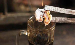 Ly cà phê chứa cả cục than nóng rực ở Indonesia