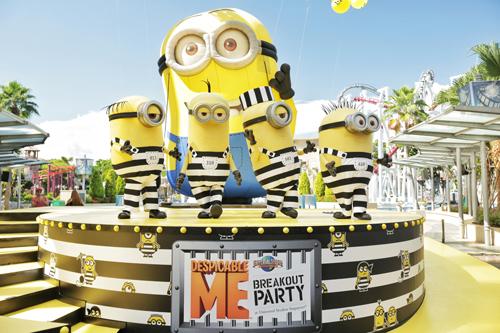 Lễ hội vượt ngục của các chú Minions: Sau khi nhận phòng tại một trong 6 khách sạn ở khu nghỉ dưỡng, du khách có thể đến ngay công viên Universal Studios Singapore để gặp gỡ và vui chơi cùng những chú Minions bé nhỏ, bước ra từ loạt phim hoạt hình ăn khách Kẻ cắp mặt trăng - Despicable Me. Công viên còn tổ chức lễ hội vượt ngục nhân dịp hãng Universal công chiếu tập mới Despicable Me 3. Tại đây, từng chú Minions với màu vàng nổi bật trong trang phục của các nhân vật trong phim bước ra đường phố hát ca tiệc tùng, biểu diễn vũ đạo đẹp mắt. Chương trình kéo dài đến ngày 20/8.