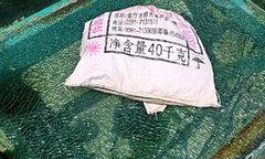 Khách Trung Quốc bê đá đập nứt cầu kính khi tham quan