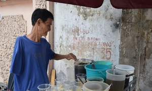 Ông lão bán chè bằng một tay gần 30 năm ở Sài Gòn