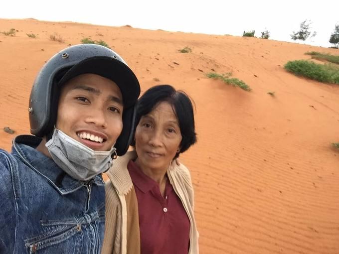 Chàng trai 24 tuổi phượt xuyên Việt cùng mẹ U60