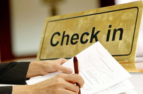 Không tiết lộ số phòng của bạn  Lưu ý, bạn không nên nói to số phòng của mình khi check-in, tại nhà hàng hoặc với người mà bạn vừa gặp. Nếu bạn muốn gặp gỡ với một ai đó mới quen biết, hãy chọn lựa các địa điểm công cộng - tốt hơn là không phải ở khách sạn của bạn.