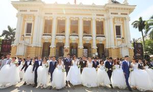 Gần 70 cặp đôi chụp ảnh cưới tập thể tại Hà Nội và Sài Gòn