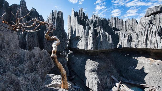 Nơi du khách leo núi đá sắc nhọn như dao cạo