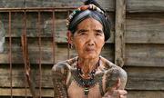 Nữ nghệ nhân xăm hình già nhất thế giới