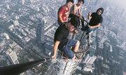 4 du khách Trung Quốc selfie trên đỉnh tòa nhà 450 m