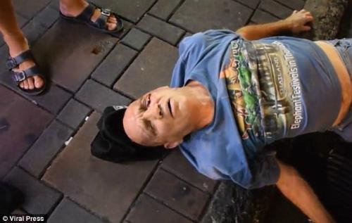 Nam du khách được người dân và nhân viên y tế sơ cứu trước khi đưa đến bệnh viện thành phố Pattaya để điều trị vết thương ở đầu.Ảnh: Viral Press