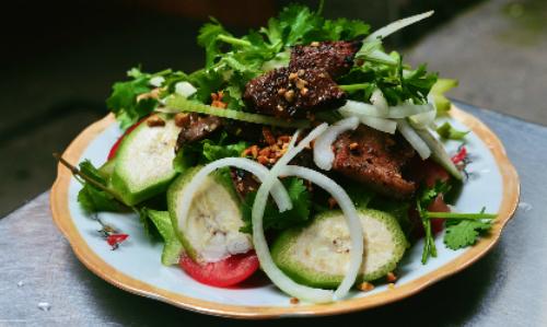 Ảnh 2: Vị khen khét của miếng thịt dê quyện cùng vị béo ngậy của đậu phộng, chan chát của trái chuối, mùi hanh của hành tây tươi cũng là sự lựa chọn của nhiều thực khách. Ảnh: Phong Vinh