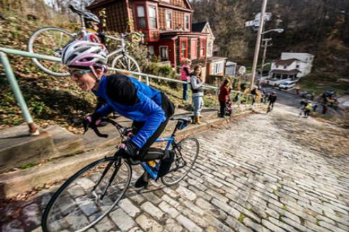 Canton, Pittsburgh, Mỹ Đường Canton ở thành phố Pittsburgh có độ dốc 37% hơn hẳn so với Baldwin ở New Zealand. Nơi đây cũng thường xuyên tổ chức cuộc thi đạp xe dành cho những người can đảm có tên Dirty Dozen từ năm 1983. Khoảng hơn 200 người tham gia cuộc thi này mỗi năm. Con đường tọa lạc tại khu phố Beechview dài 6,4 km, với phần giữa được lát đá và hai bên được xây dựng các bậc thang.