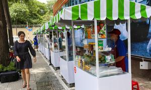 Đủ món ngon tại phố hàng rong đầu tiên ở Sài Gòn