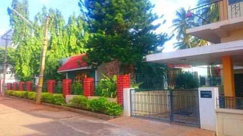 Cổng nhà hàng rào được xây như một phần của ngôi nhà chứ không để phòng trộm do đó nó thường thấp hoặc vừa tầm.