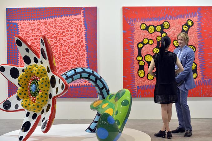 """<p> Thế nhưng hễ """"người đàn bà điên"""" tung ra bộ sưu tập nghệ thuật nào, thì các triển lãm, bảo tàng nghệ thuật trên thế giới đều muốn nó xuất hiện tại chỗ mình. Vé bán để tham quan triển lãm của Kusama luôn được bán hết sạch trong thời gian ngắn, dù không hề rẻ.</p>"""